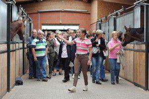 Isabell Werth führte ihre Gäste durch die Stallungen Fotograf: B. Schnell